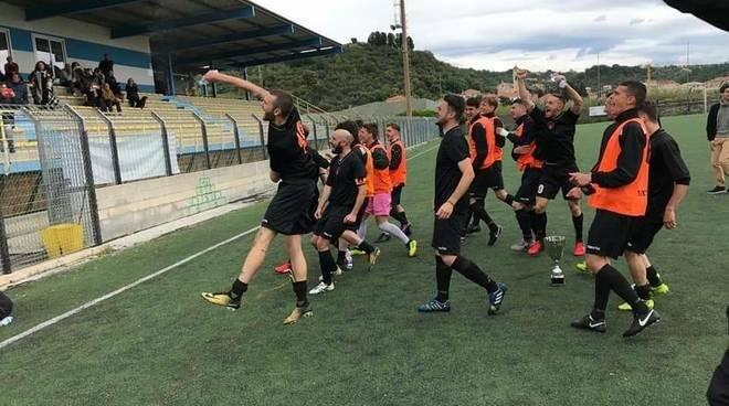La festa dei giocatori del Rivasamba dopo la vittoria della Coppa Italia di Promozione battendo con classico punteggio all'inglese il Taggia.