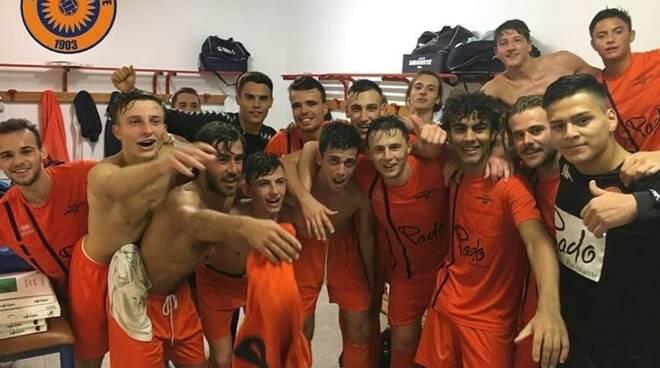 La Sammargheritese festeggia negli spogliatoi il passaggio del turno in Coppa Italia dopo la vittoria sul Real Fieschi.