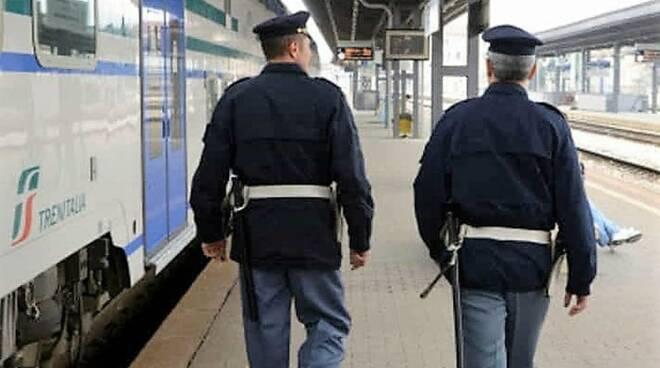 Agenti della Polfer al lavoro.