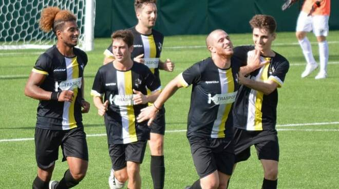 Il Rapallo Rivarolese esulta dopo il gol di Bertuccelli.