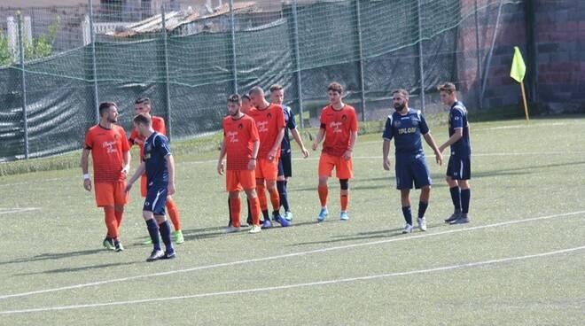 Il Rivasamba si difende da un'attacco del Busalla Calcio.