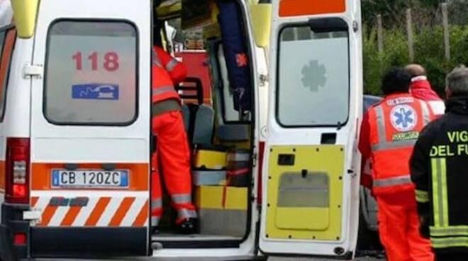 L'ambulanza del 118 porta i soccorsi del caso.