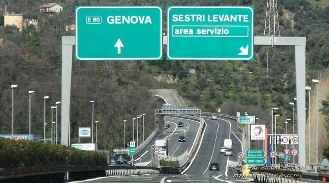 Uscita autostradale per il casello di Sestri Levante.