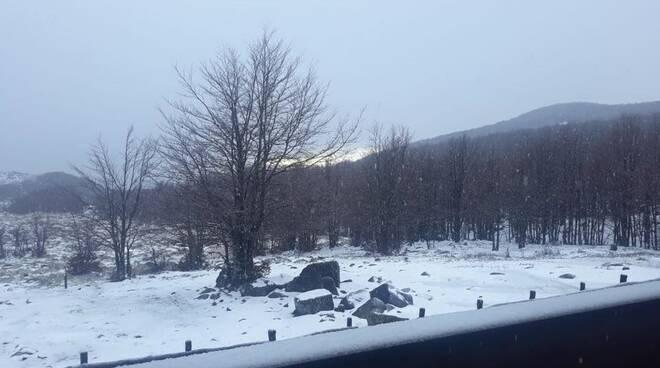 Prima spruzzata di neve al Rifugio di Pratomollo.