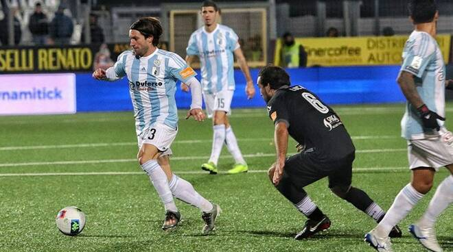 """Paolucci amministra il pallone contro lo Spezia nel derby di Santo Stefano al """"Comunale""""."""