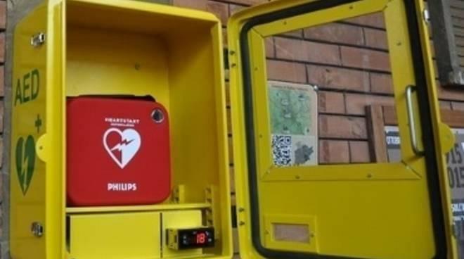 Un defibrillatore semi - automatico.