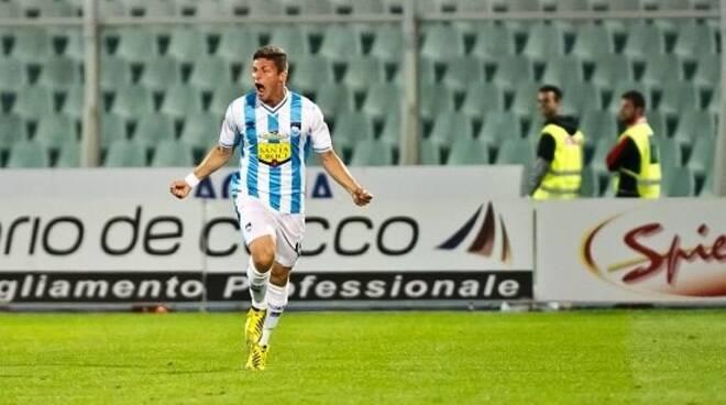Vittiglio con la maglia del Pescara esulta dopo la rete realizzata alla Fiorentina.