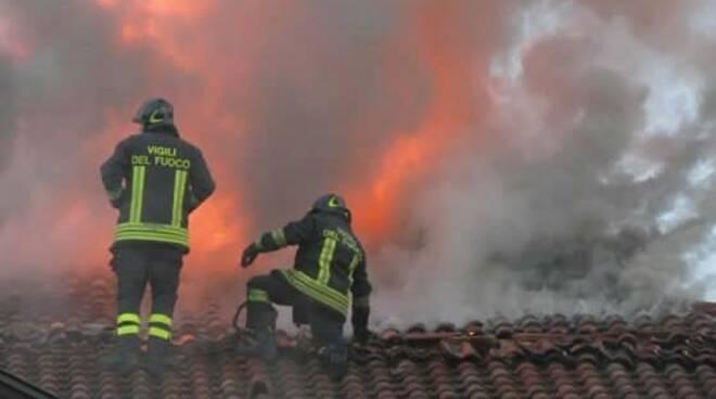 I Vigili del Fuoco al lavoro su un tetto in fiamme.