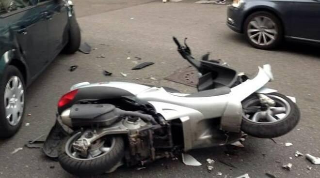 Incidente stradale tra uno scooter e un pedone.