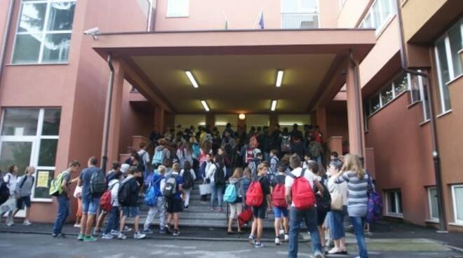 Studenti all'entrata dell'Istituto Comprensivo di Rapallo.