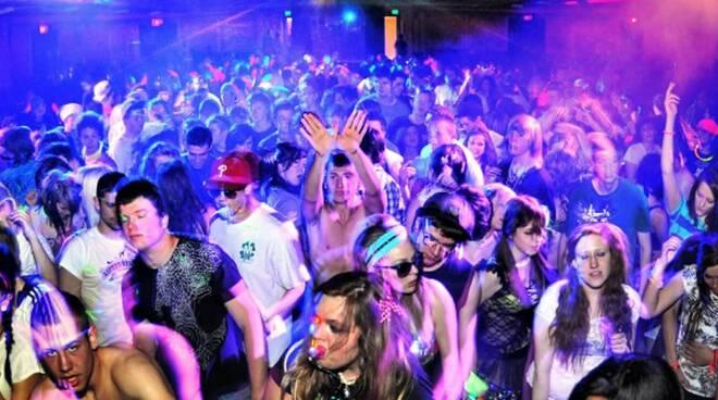 Giovani che ballano in discoteca.