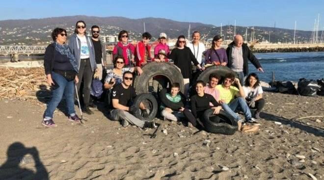 I volontari di The Black Bag al lavoro per la pulizia del litorale alla foce dell'Entella.