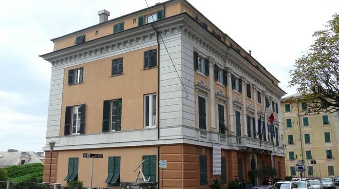 Il palazzo del municipio a Camogli.
