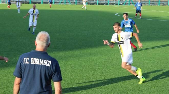 Il tecnico del Bogliasco Guido Poggi segue dalla panchina la gara della sua squadra.