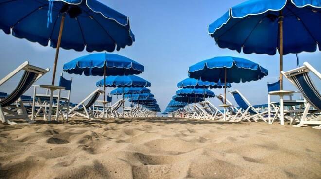 Una spiaggia attrezzata in Liguria.