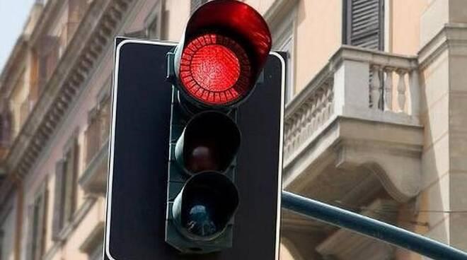 """Auto """"brucia"""" il semaforo passando con il rosso."""