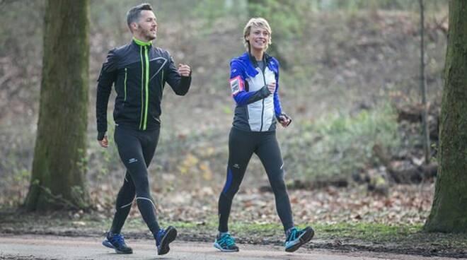 Due persone impegnate in una corsa.