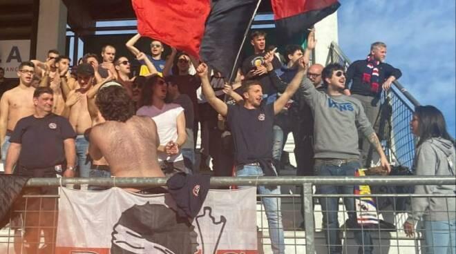 I tifosi del Sestri Levante accorsi allo stadio di Vinovo per la prima partita della Fase Nazionale di Coppa Italia contro il Chisola.
