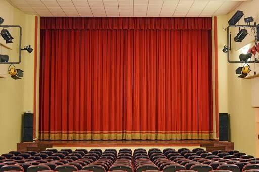 Il sipario di un teatro.