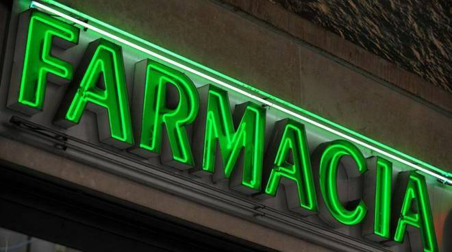 L'insegna di una farmacia.