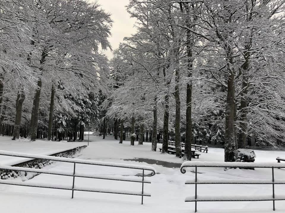 """La neve ha imbiancato il rifugio delle """"Casermette"""" sul Monte Penna."""