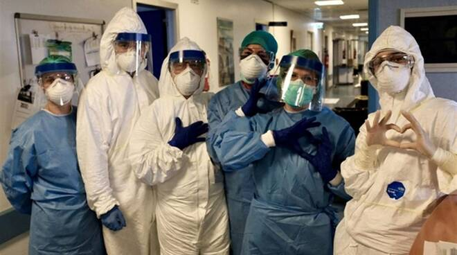 Medici e infermieri che stanno combattendo l'emergenza Coronavirus.
