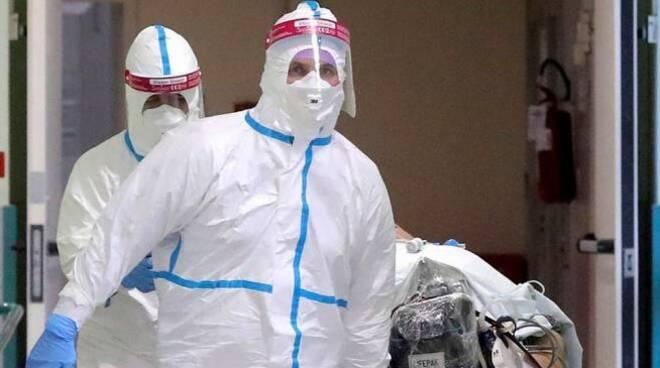 Soccorritori protetti per evitare contagio da Coronavirus.