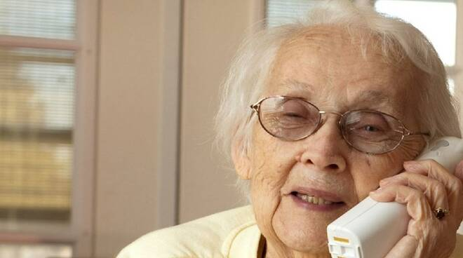 Una signora anziana al telefono.