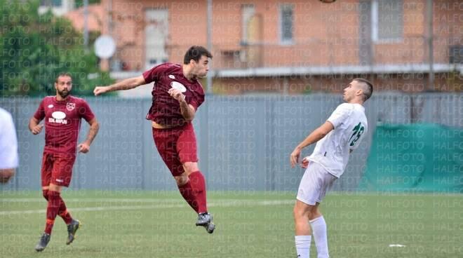 Uno stacco di testa del difensore Simone Bellotti del Casarza Ligure nel derby con la Caperanese.