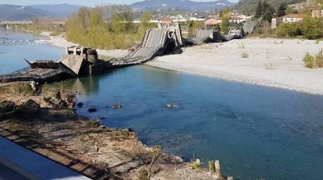 Il crollo del tratto del ponte di Albiano Magra.