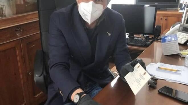 """Il sindaco di Rapallo Carlo Bagnasco con i primi """"buoni spesa"""""""