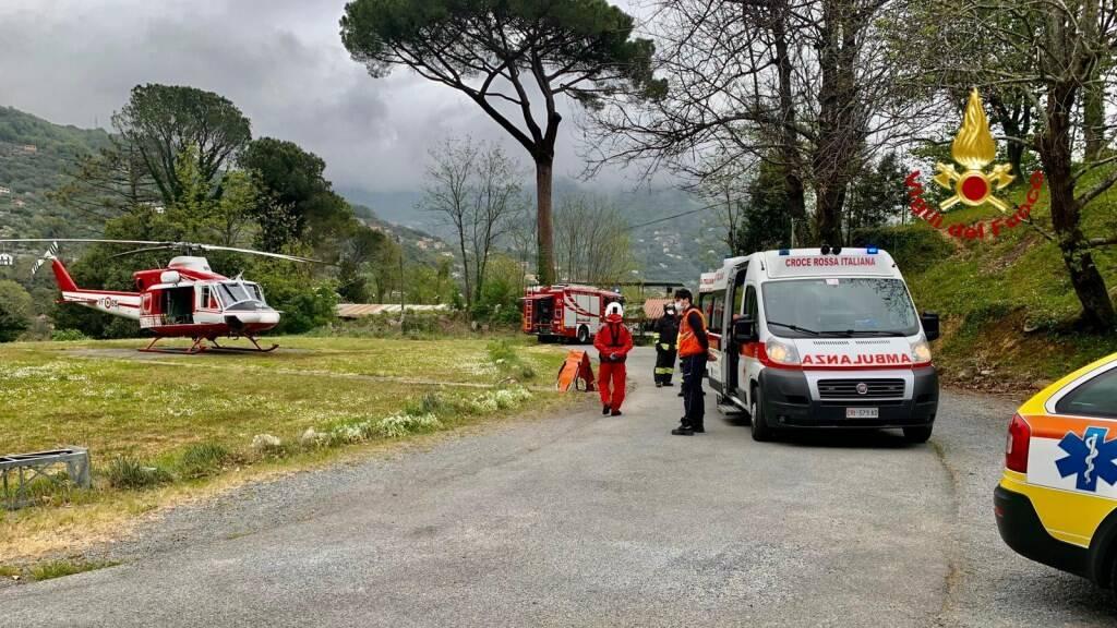 L'elicottero dei VVF di Rapallo pronto a trasportare il ferito all'ospedale San Martino.