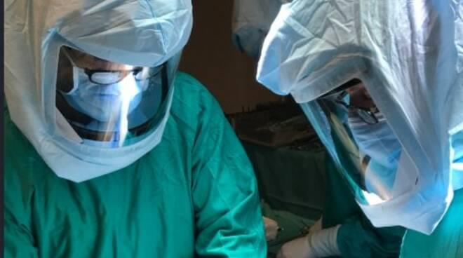 Medici e infermieri con indossi i caschi Flyte Stryker