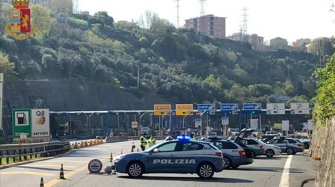 Posti di blocco della Polizia Stradale all'uscita dei caselli autostradali della Liguria.