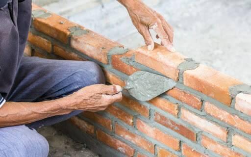 Un muratore al lavoro.