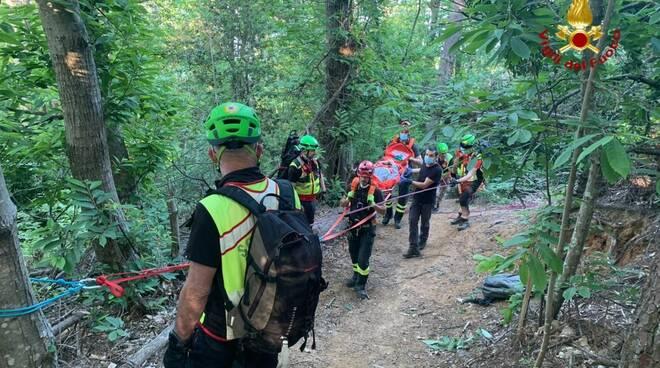 I Vigili del Fuoco di Rapallo recuperano un ragazzo sul sentiero della Segheria a Portofino.