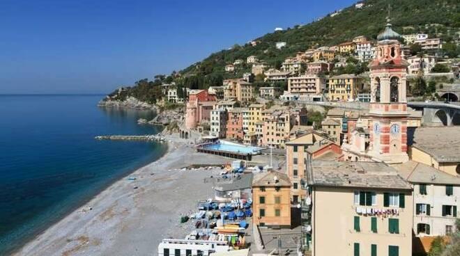 Il borgo e la spiaggia di Sori.