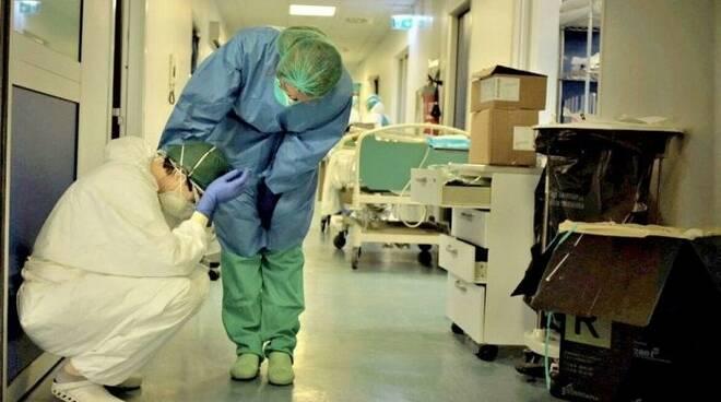 Infermieri distrutti dalla fatica dopo turni massacranti per assistere persone colpite dal Coronavirus.