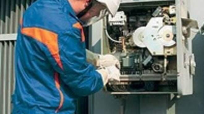 Operaio di Enel Energia al lavoro.