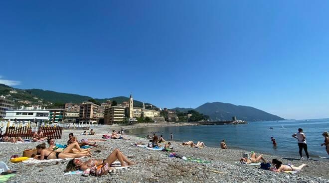 Turisti sulle spiagge libere di Recco.