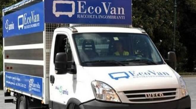 """Il furgone che funge da servizio """"Ecovan"""" per il ritiro dei rifiuti ingombranti."""