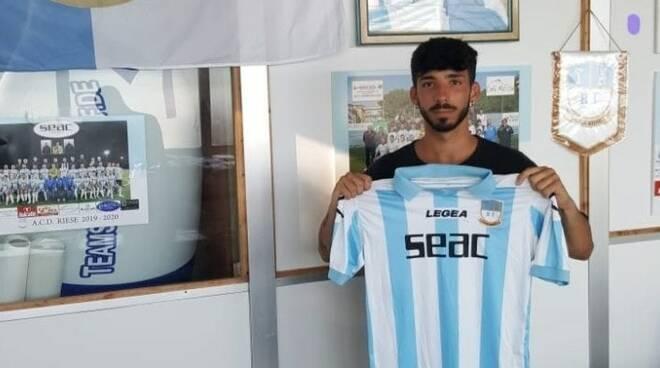 Samuele Selva, attaccante classe '99 posa con la maglia della Riese.