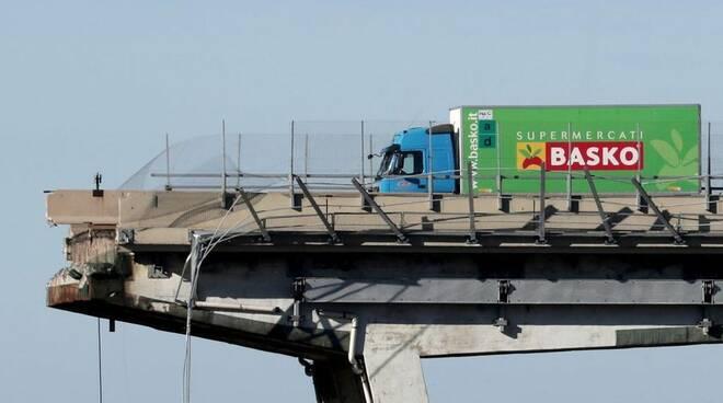 Il camioncino della Basko in bilico sul Ponte Morandi crollato