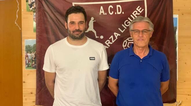 L'attaccante Andrea Barbieri con il diesse Pasciuti durante la presentazione con il Casarza Ligure.