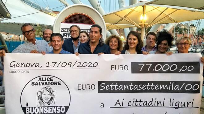 """Alice Salvatore e Marco De Ferrari de """"Il Buonsenso"""" con l'assegno girato in beneficenza."""