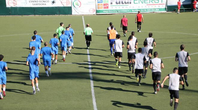 Genova Calcio e Lavagnese entrano in campo per una gara amichevole.