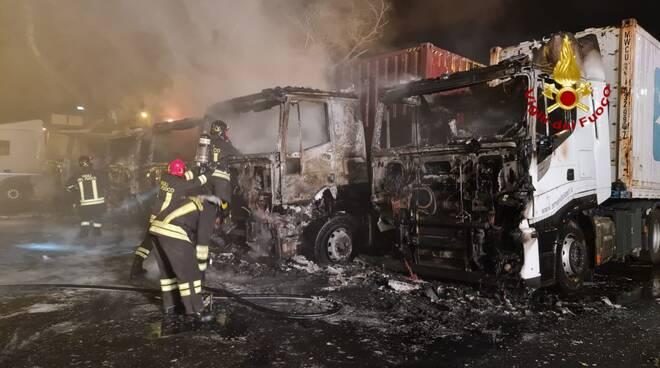 I Vigili del Fuoco in azionbe per sedare l'incendio di cinque camion.