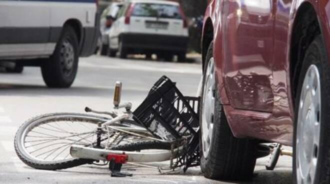 Scontro tra una bicicletta e una macchina.
