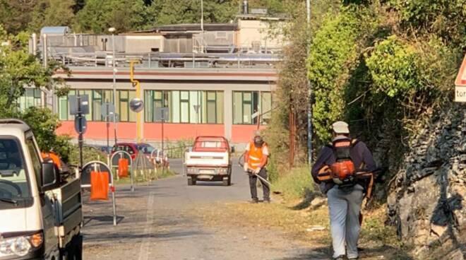 Sfalcio e pulizia da parte del Comune in via Corticella a Recco.