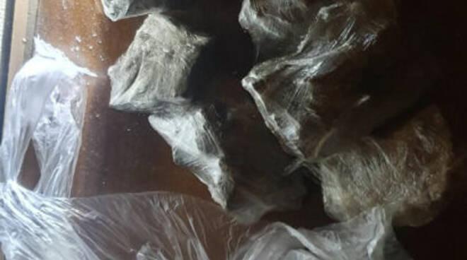 L'eroina rinvenuta dagli agenti di Polizia all'interno di un materasso di un 23enne genovese.